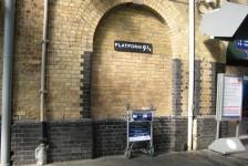 04ロンドン(キングスクロス駅:観光客用に作られた映画ハリーポッターに出て来るプラットホーム9 ¾)