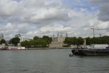07ロンドン(ロンドン中心を流れるテムズ川と後方にロンドン塔)