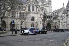 13ロンドン(ロンドン名物ロンドンタクシーと王立裁判所)