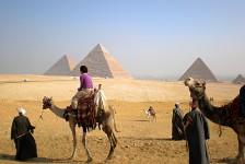 04 ギザのピラミッド群とラクダ