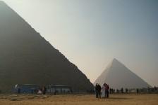 01 クフ王のピラミッド(手前)とカフラー王のピラミッド