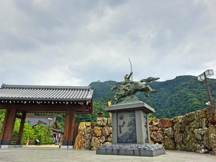 06 織田信長の像の背後に金華山と岐阜城