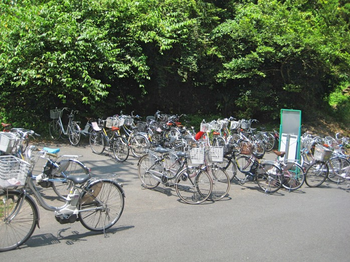 08 石見銀山_駐輪場に置かれたレンタル自転車