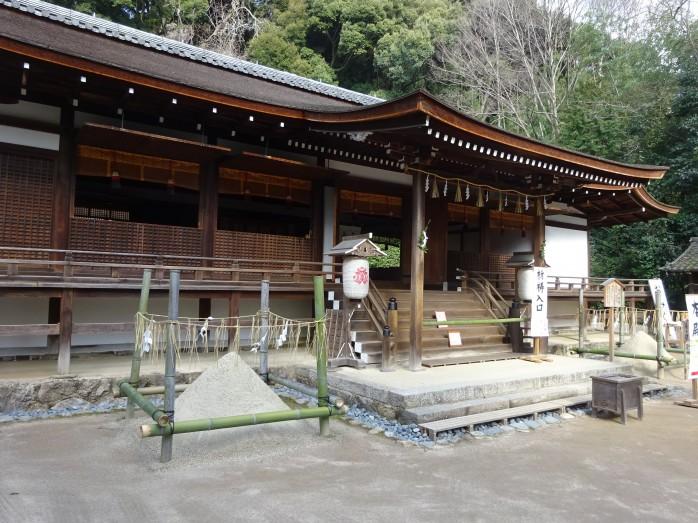 07 宇治上神社_拝殿と清めの砂