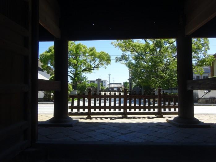 06 大樹寺山門・総門の先には岡崎城が