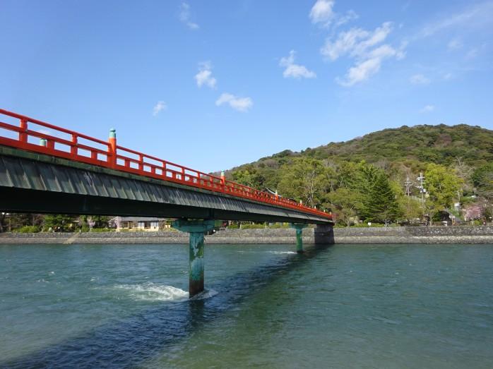 01 宇治川にかかる朝霧橋と宇治上神社の鎮座する大吉山(仏徳山)